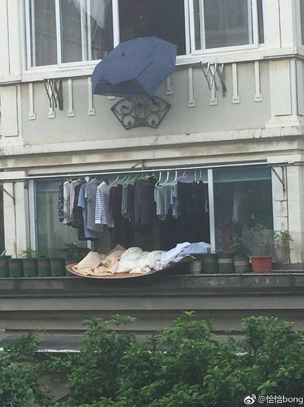 傾盆大雨衣服來不及收!樓上阿伯「一個舉動」網讚:暖男無誤