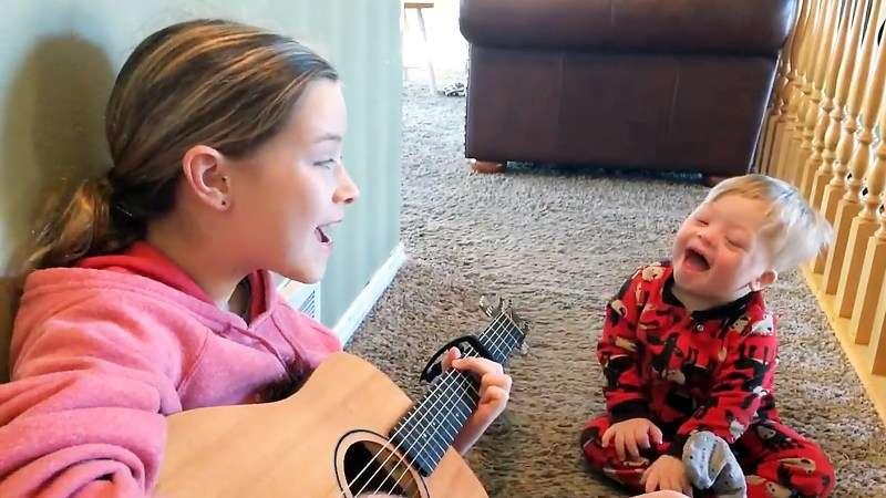 小姐姐彈吉他陪唐氏症弟弟 當她唱歌後「出現在弟弟上的奇蹟」讓人鼻酸看完