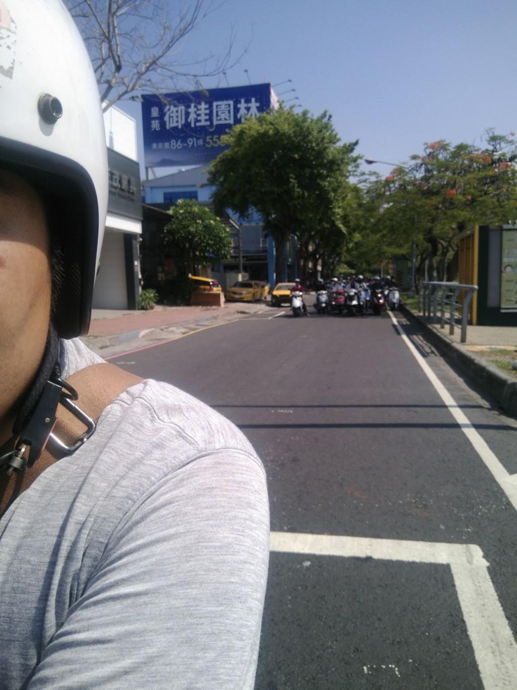 連騎車都邊緣!他等紅燈「世界突然靜了下來」 一回頭:我長的很醜?QQ