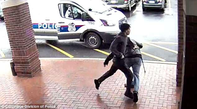 18歲賊狂奔大街逃命 一團警察追不上最後拐杖老伯伸了一腳...