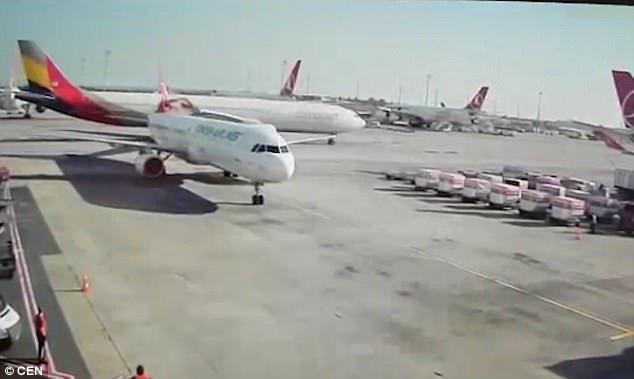 兩台飛機撞上!旅客崩潰準備跳機:現在就是我人生的終點