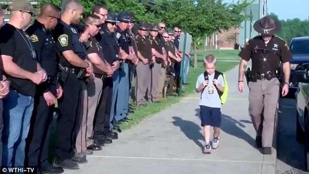 5歲男孩「一臉痛苦」上學 在學校等著他的是70位警察