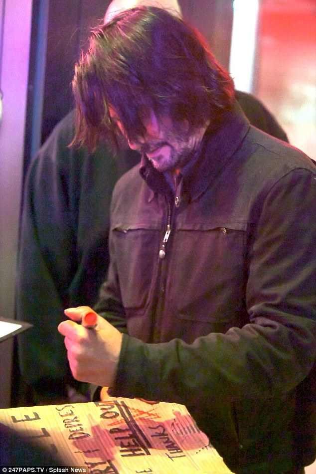 基努李維太暖!見街友有困難 拿紅筆簽名「讓紙板秒變黃金!」