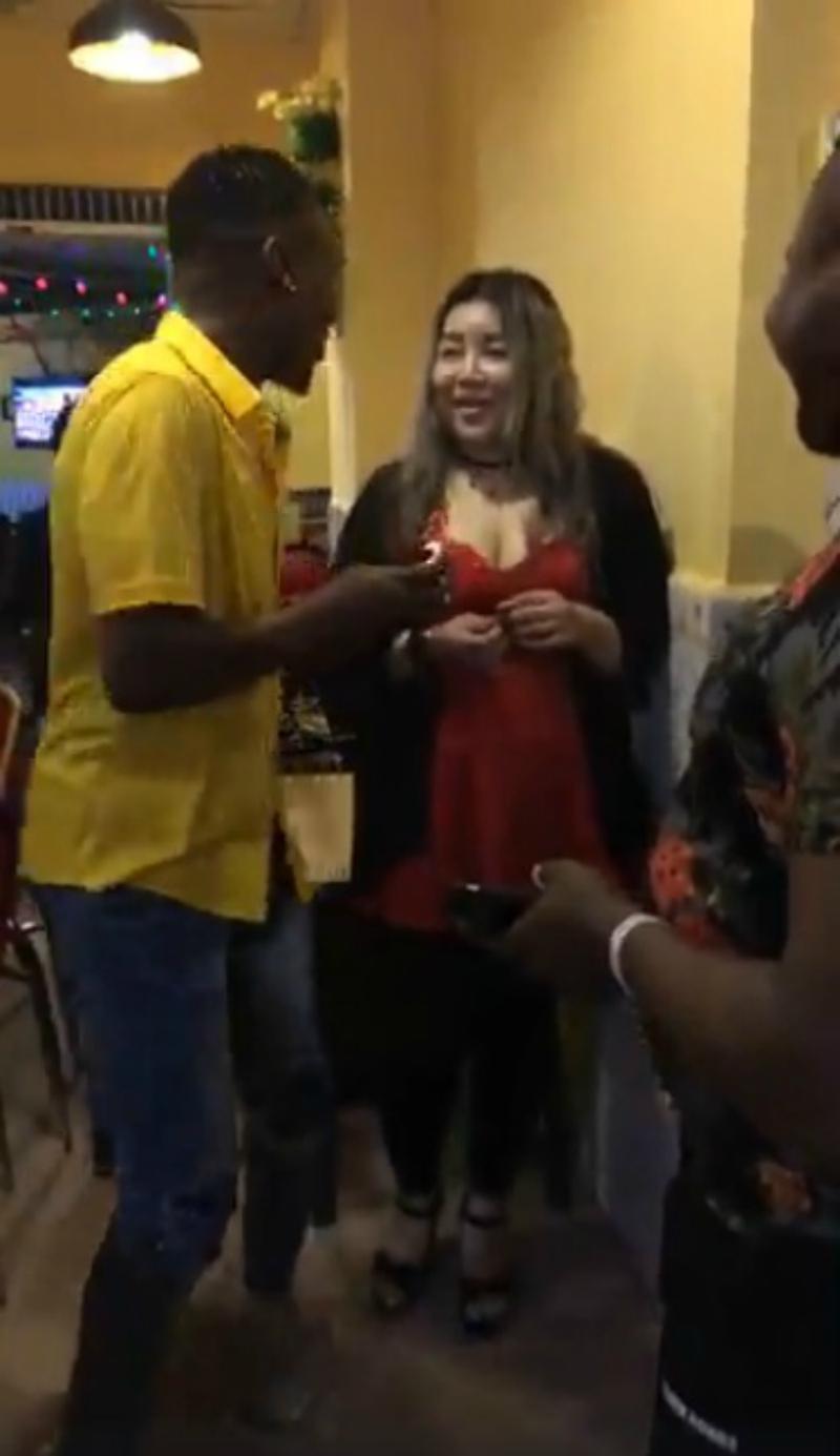 黑人向中國女友求婚 忍不住當場秀恩愛