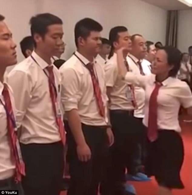 強國男員工站一排「被女主管甩耳光」 他們:被處罰是應該的