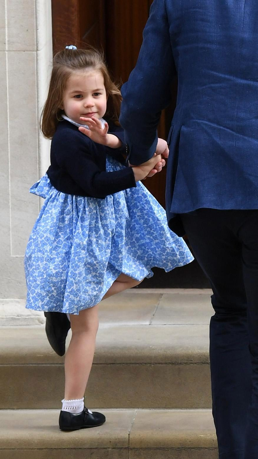 看完凱特王妃一家都想衝動結婚 夏綠蒂小公主當姐姐「吻弟弟畫面」洗版全球