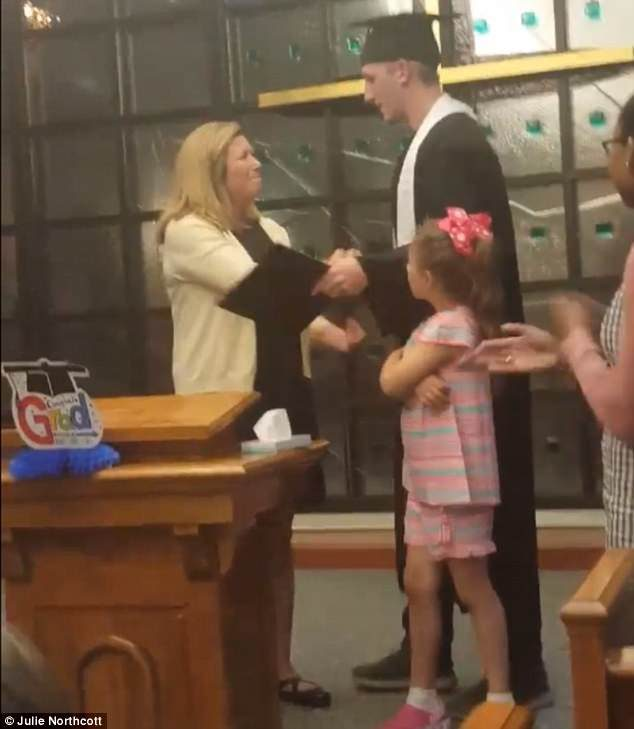 怕病母撐不了...學校把「畢業典禮搬到醫院」讓她親自為兒子撥穗