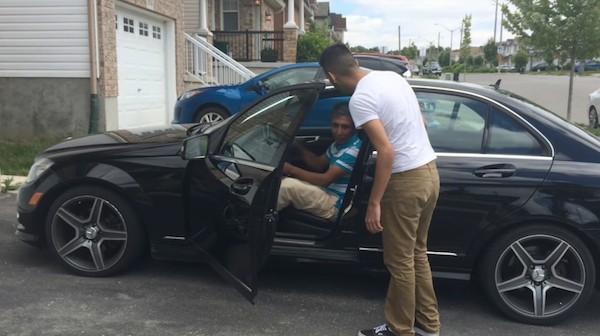 他存錢送爸爸「從年輕就想要的賓士車」 爸爸一進去...卻默默走出來