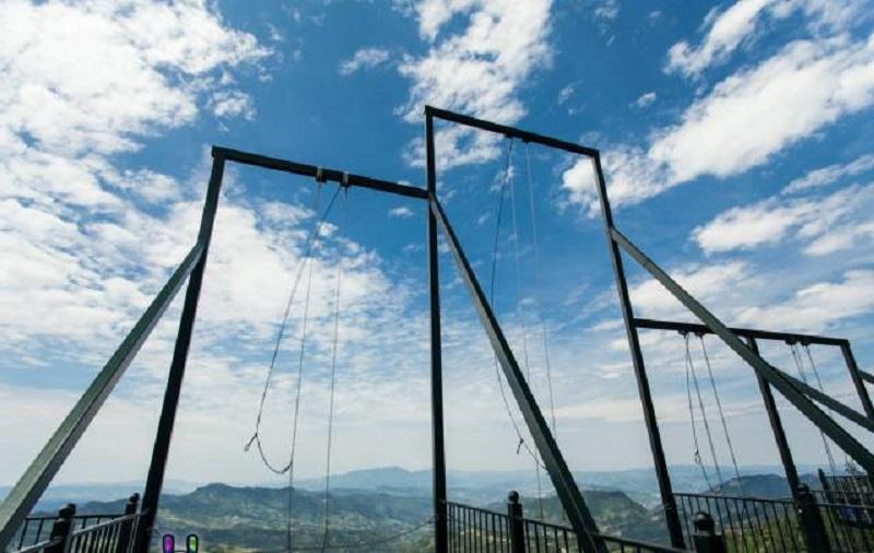 超極限「300公尺高空鞦韆」下面直接是懸崖 往前飛一刻心臟瞬間停止!