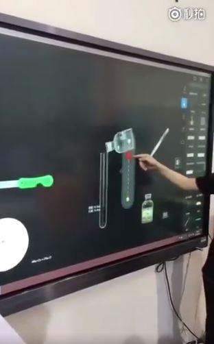 中國高中用「電子黑板」教化學 超科幻畫面讓你變身鋼鐵人!