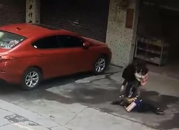 天上墜狗婦人一砸「沒再爬起來過」 家屬怒告整棟人!