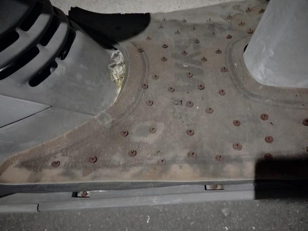 路邊機車坐墊、踏墊滿滿生鏽圖釘 「背後用意」網:車主是武乩?