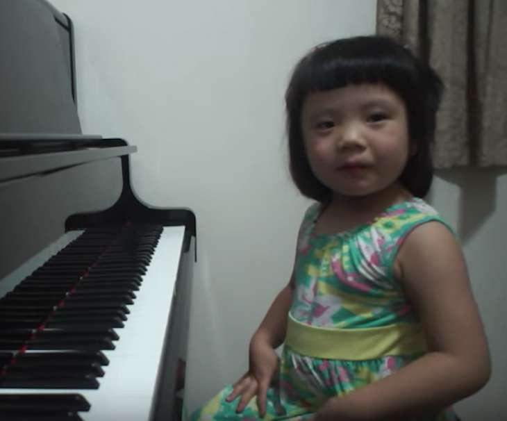媽媽請3歲女兒「彈奏一曲」 按下鋼琴鍵那刻只能跪著聽完整首