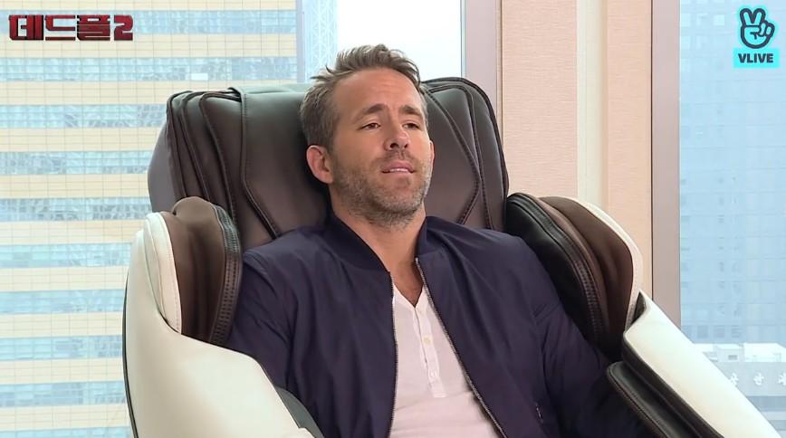 萊恩雷諾斯被按摩椅收服 「銷魂表情N連發」網友都HOLD不住了