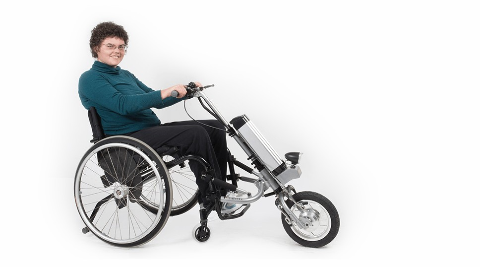 不用自己撸到手痛 最新裝置讓輪椅「直接變成摩托車」!