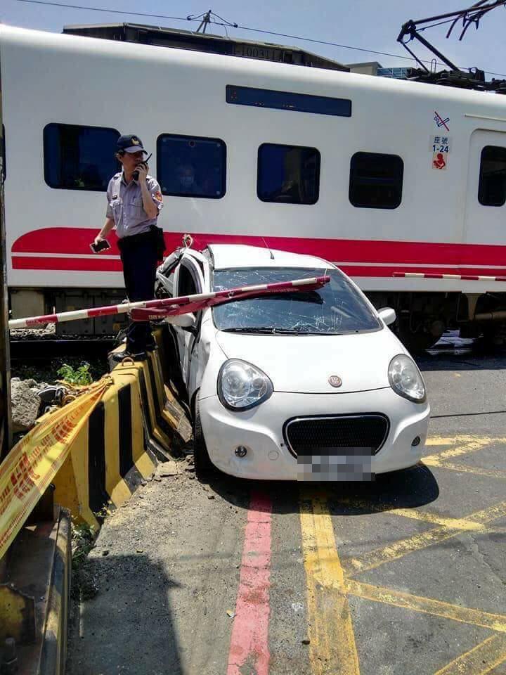 三寶駕駛停鐵軌上聊天!3秒後「慘遭火車強吻」網:誰給她駕照的?