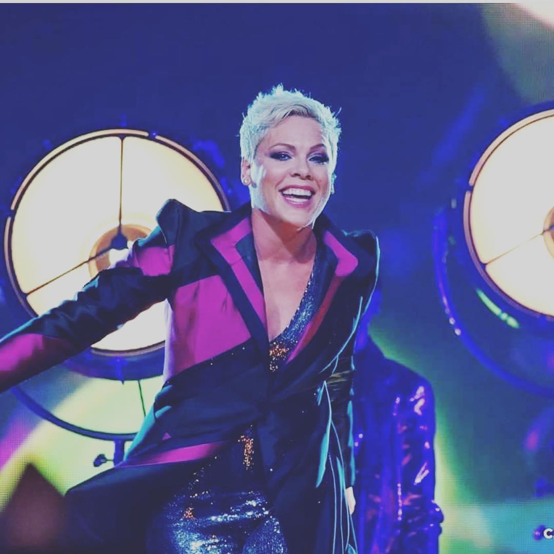 Pink演唱會12歲小粉絲求「拜託讓我唱」 歌喉一開停不下來!