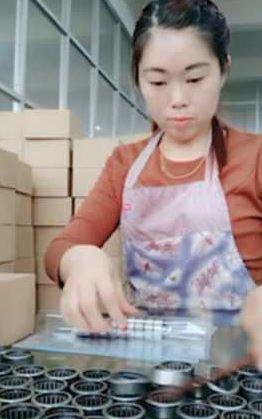 比快銀還快!女工靠一根筷子「5秒完成包裝」 網:機器要失業了