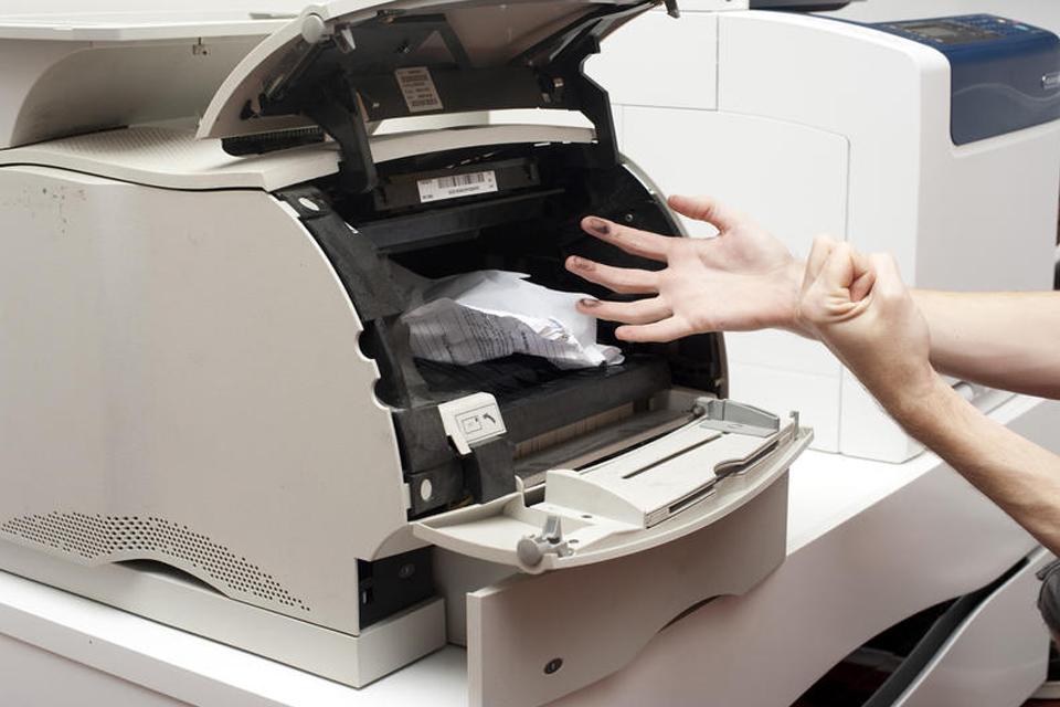 叫新人幫換紙!換完影印機「完全印不出來」 開紙匣整個大傻眼