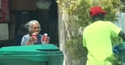 影/90歲奶奶大太陽下痴等清潔員 「只為送2罐冰可樂」孫女笑:她自己超愛喝