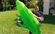 影/兒子開心玩鱷魚玩具 媽媽看影片才發現「差點成為真鱷魚午餐」