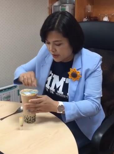 影/她實測「用湯匙喝珍奶」 噴到滿身撈不到珍珠怒:政府專找人麻煩