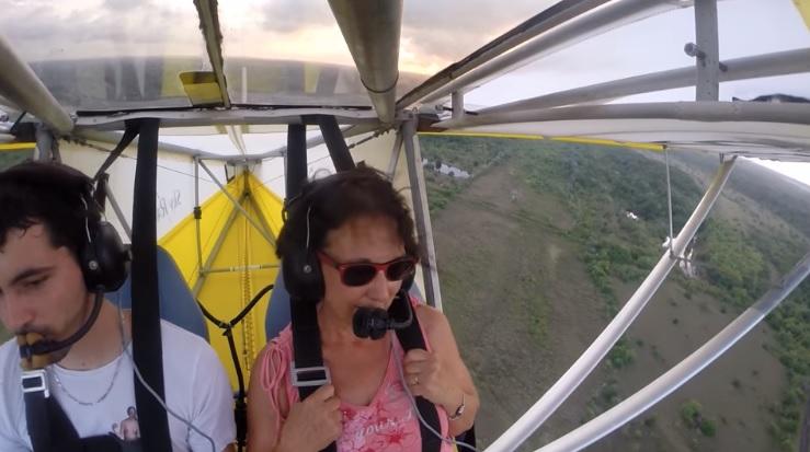 她玩輕型飛機正嗨 忽然竄出「謎樣毛頭」狂叫:給我降落!