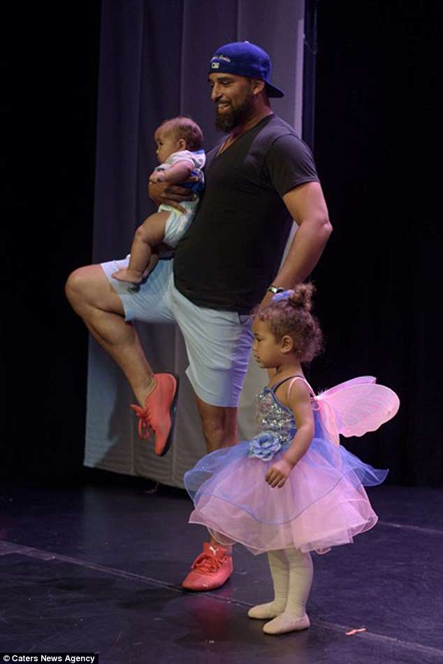 影/女兒緊張嚇哭 暖爸抱著寶寶衝上舞台:不用怕~把拔跟你一起跳~