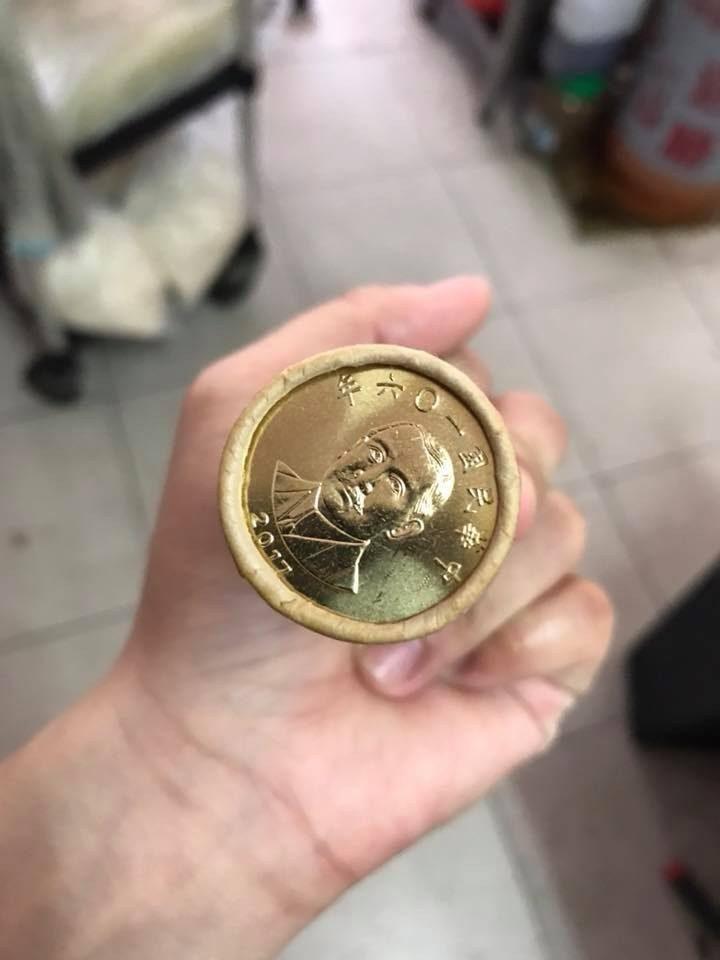 女友暗示要金色禮物越重越好 他霸氣送「5捲50元硬幣」超有誠意!