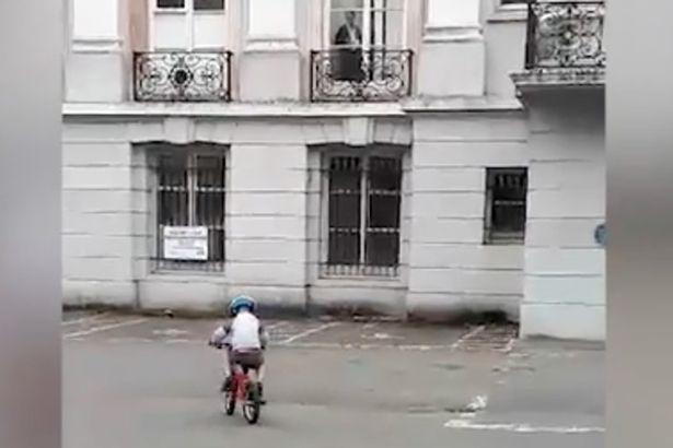 兒子專心練騎腳踏車 媽媽按快門意外拍到「祂」崩潰