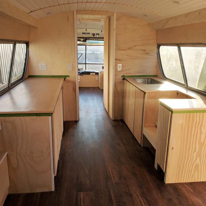 厭倦租屋!她買下52年前老舊公車 花200萬改造成「超美行動小屋」好心動♡