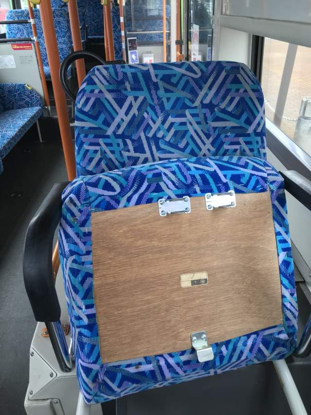 新幹線車廂車墊「拔了就起來」 《電車隨機殺人事件》曝光座墊的真正用途:繼續活吧!