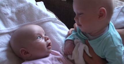 影/兩個小寶寶用「雙胞胎語」興奮討論 爸爸大笑:到底在說什麼?