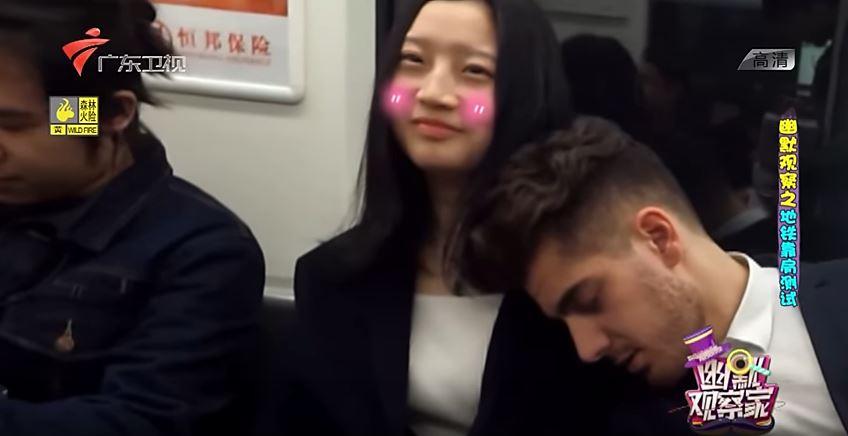 影/顏值多重要?「帥哥VS普男」同時靠肩睡 女乘客反應太殘酷!