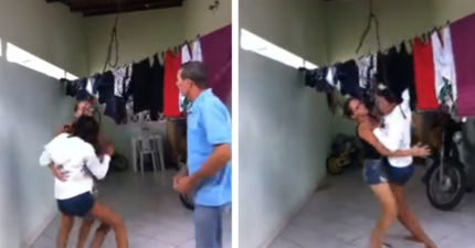 蠢妞為抖內「直播上吊」3秒反悔掙扎 狂吼求救直接被老媽扛下來