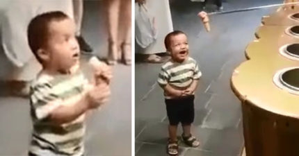 得不到的才帶勁!3歲童買冰淇淋被調戲好開薰 超魔性燦笑:冰冰咧?