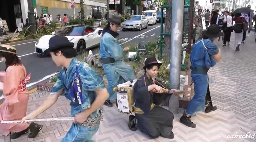 瞎趴清道夫!日本武士揮舞「武士刀」手起刀落 垃圾直接進竹籠
