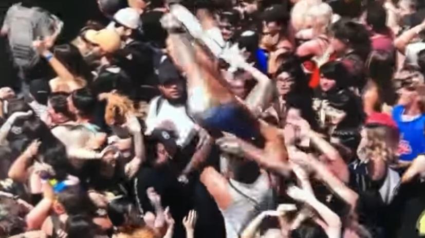就愛人體衝浪!自嗨妹享受被抬舉時刻 下秒「飛向宇宙」掰了
