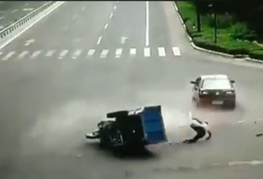 影/強國三輪車有智商 併軌之後路人救駕駛...繞一圈回來「再輾一次」