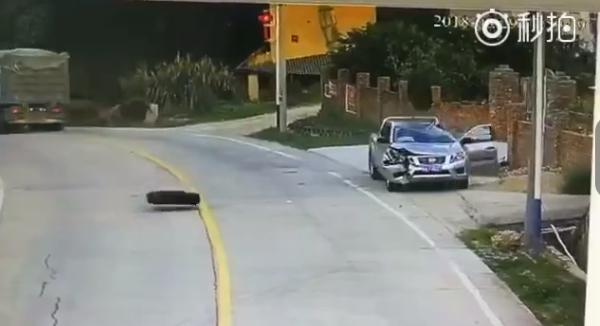 雙面夾擊!3秒內連續天降2顆輪胎 小客車遭狠砸GG了
