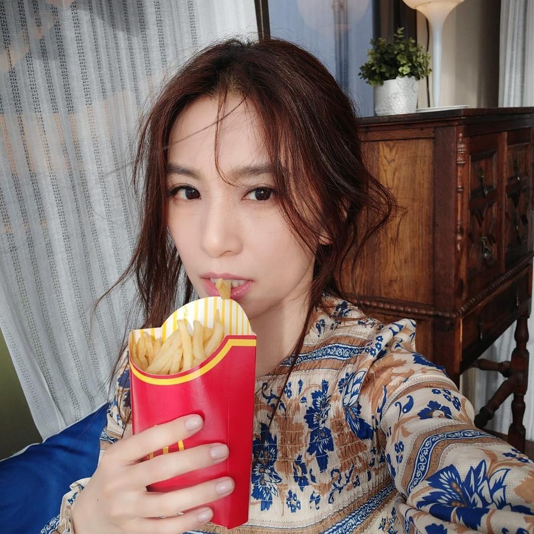 田馥甄淪陷IG囉!為了證明是「明星本人」 直接貼出啃薯條醜照