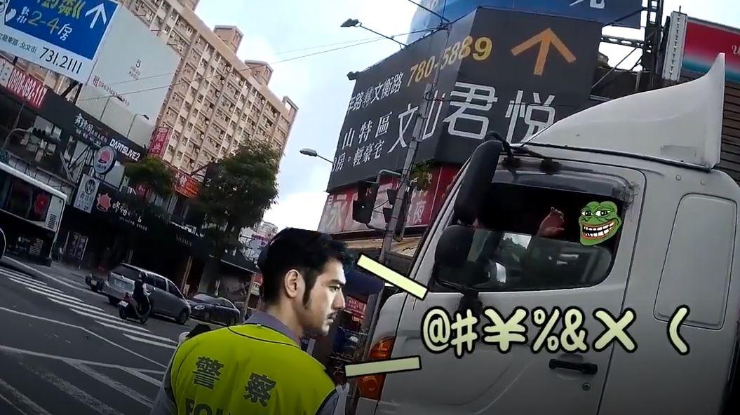 機車被瘋狂逼車!警界「金城武」自帶音效出現 貨車拿紅紙哭了