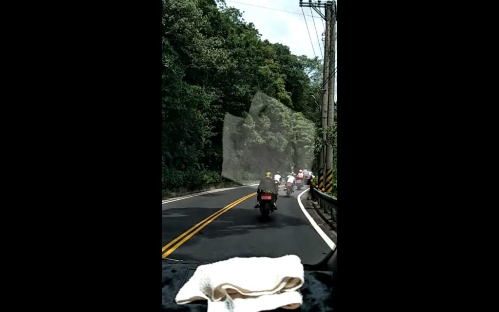 影/重機跑山超規矩 一看「最囂張前導車」笑翻:母雞帶小雞