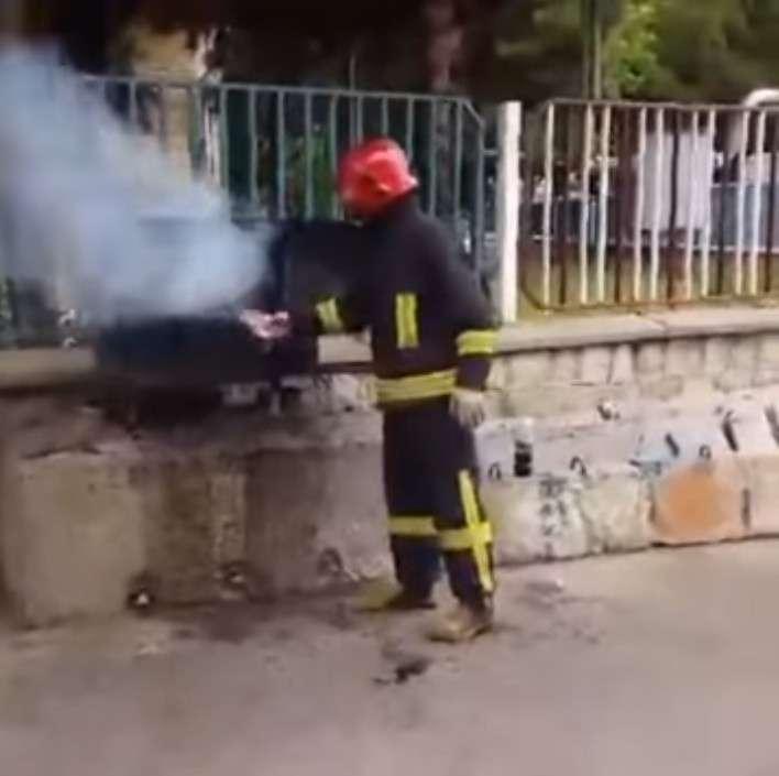 可樂「隱藏版功能」!消防員狂搖後朝火狂噴 驚奇噴發效力無敵