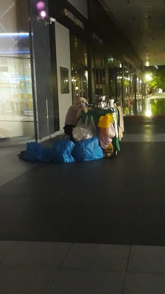 阿公賣地瓜到凌晨4點 累到趴攤車打瞌睡「老天就是不眷顧」:客人好稀疏