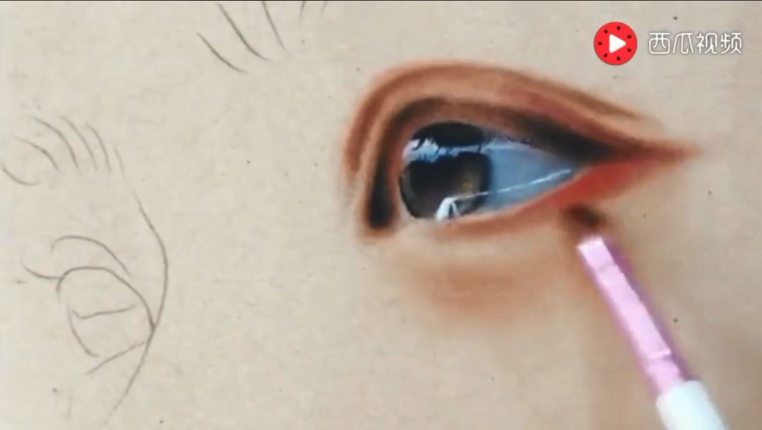 鉛筆作畫看似沒什麼特別 可是上色幾秒後:「真人」出現了!