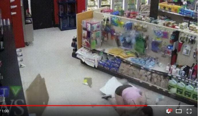 他雜貨店偷東西躲警察 超咕溜逃跑卻敗在「無法承重的天花板」