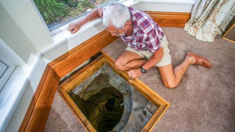 客廳發現「神秘古井」!屋主花半年挖5米深:需要一台時光機
