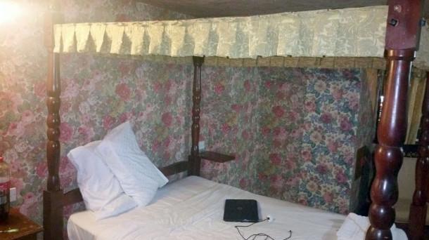 最恐怖地獄旅館!「303條住宿評價」房客開門傻眼:X!床上那是血嗎...