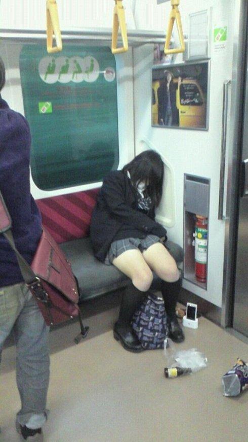 後照鏡裡秘密!搭公車「雙腳一定要貼緊」 老司機曝人心真相:顏色花色都看光
